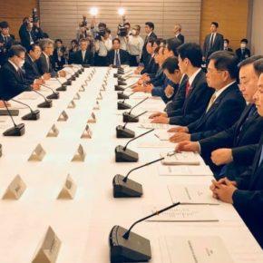 『月例経済報告関係閣僚会議』に出席(総理官邸)